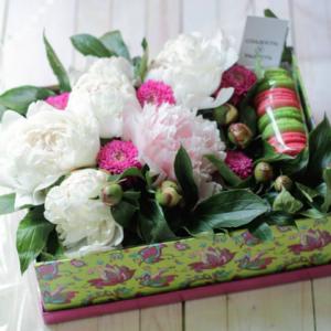 коробочка макаронс с цветами