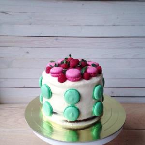 торт с макаронс и ягодами