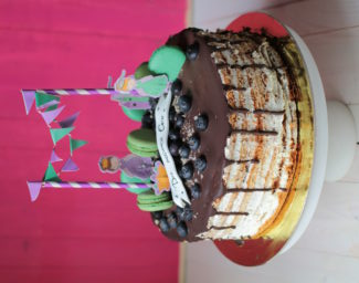 торт с гирляндой