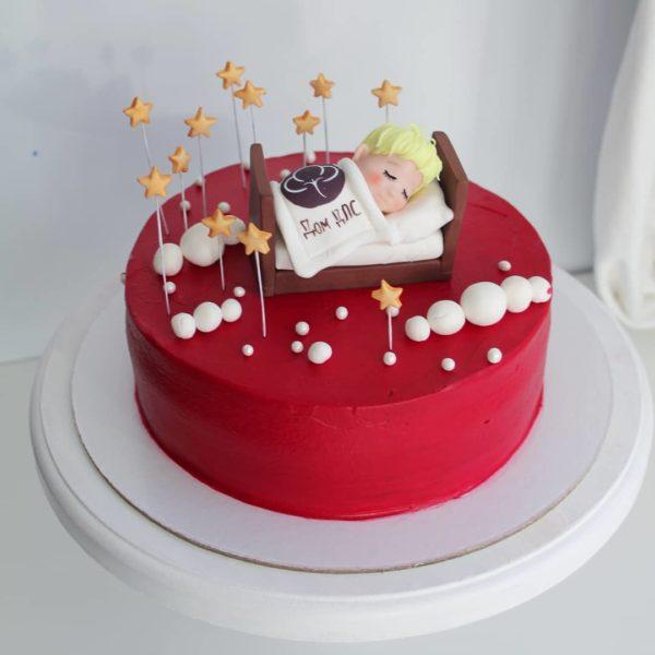красный торт с ребенком