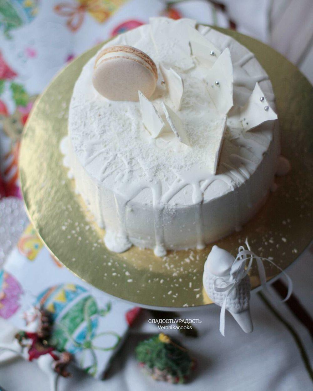 белый торт с шоколадом