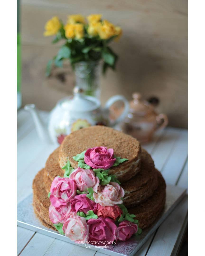 трехъярусный торт с кремовыми цветами