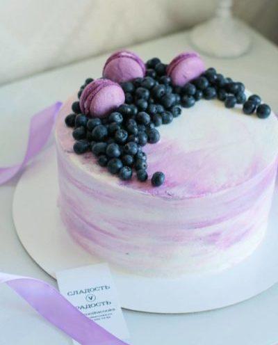 диетический торт в лавандовом цвете с голубикой и макаронс