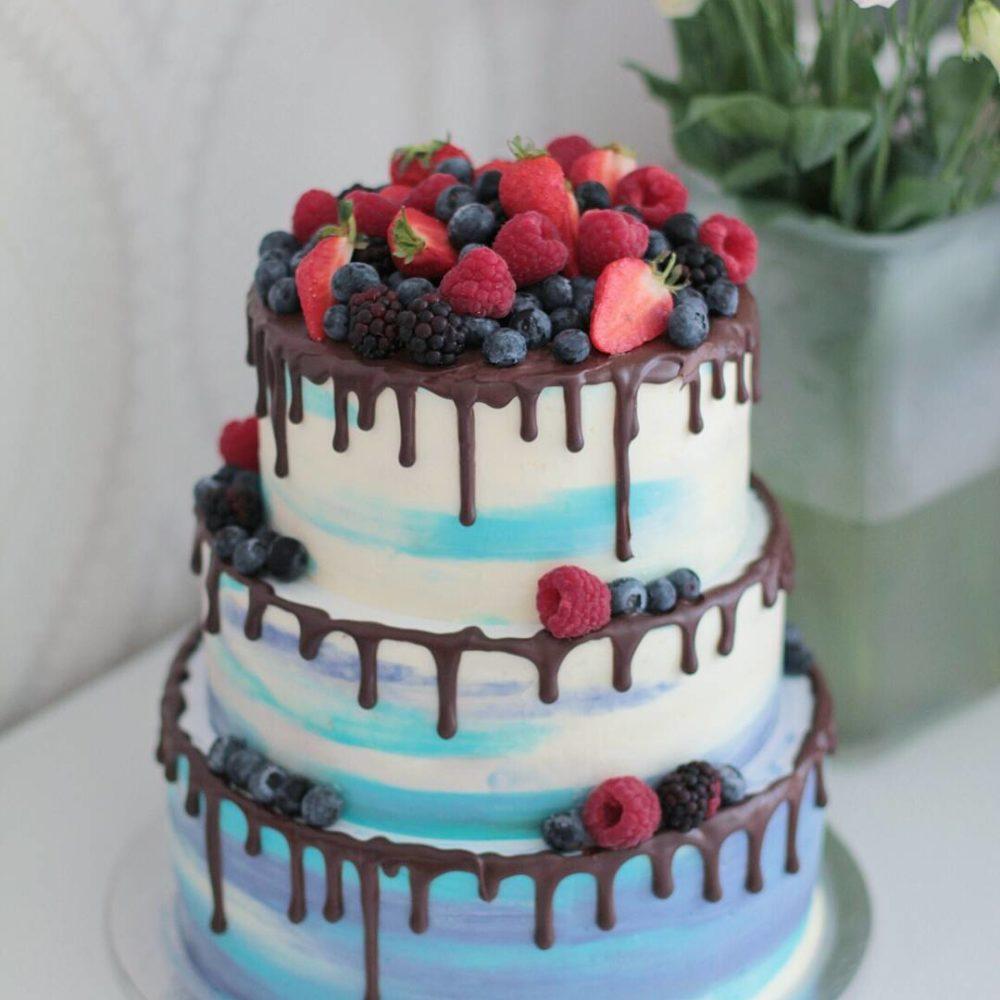 свадебный торт бело голубой с ягодами
