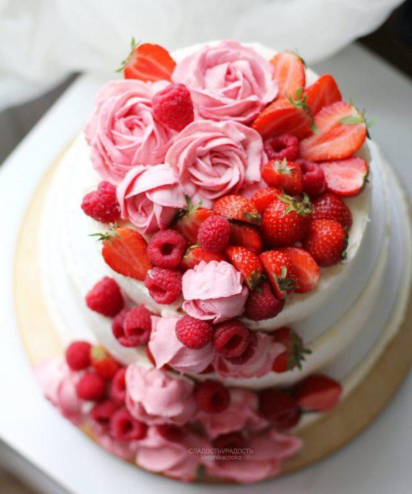 кремовый свадебный торт с розами