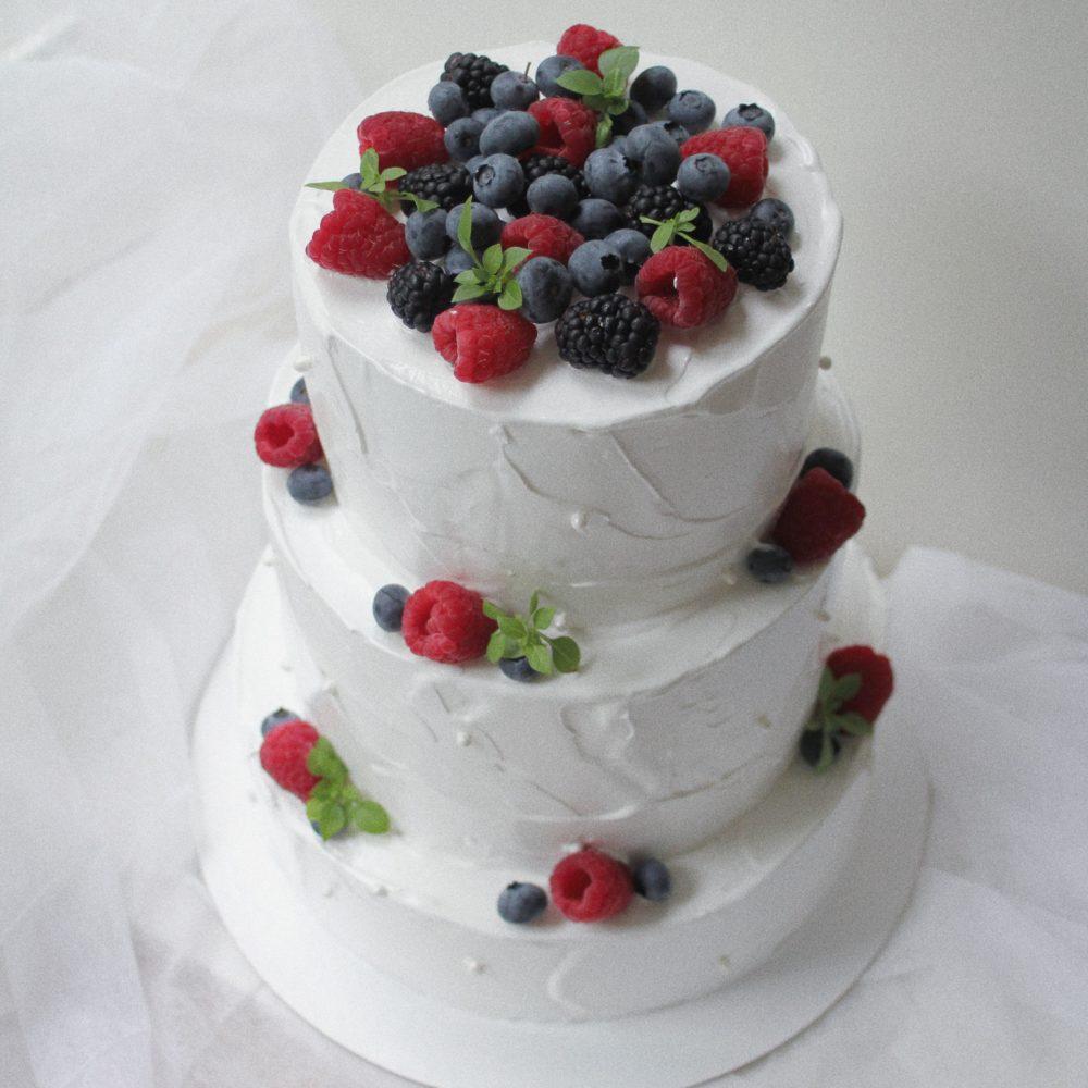 трехъярусный торт с ягодами