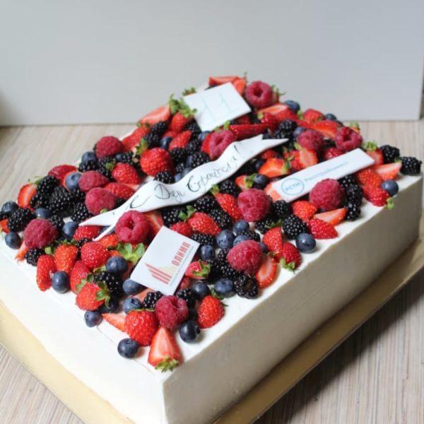 корпоративный торт с ягодами